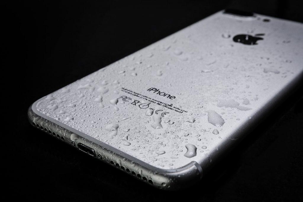 Celular molhado por conta da chuva.