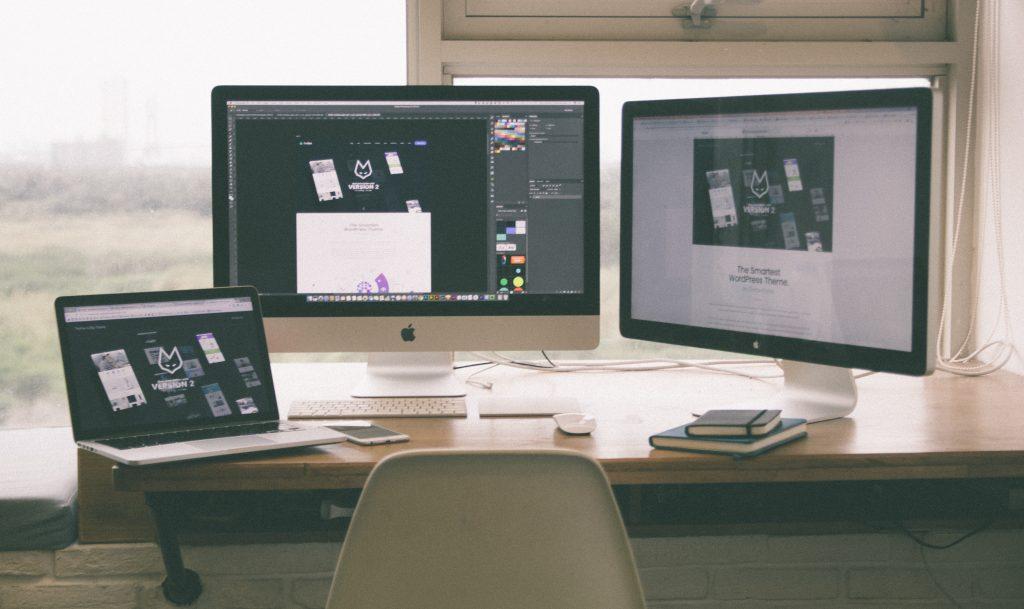 A mesma imagem sendo reproduzida no notebook e em dois monitores.