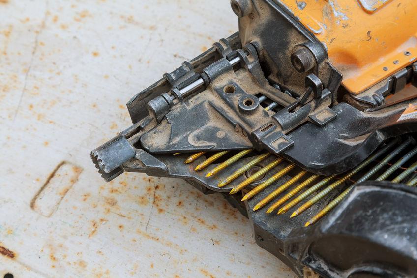 Imagem mostra um pinador junto a vários pinos.