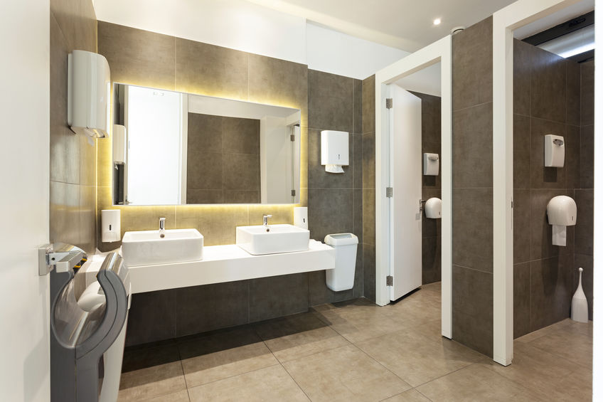 Banheiro equipado com secador de mãos em U