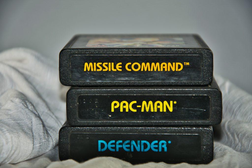 Imagem de três cartuchos clássicos do Atari