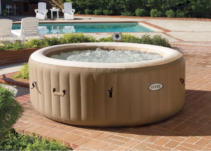 Na foto uma banheira inflável em uma área externa.