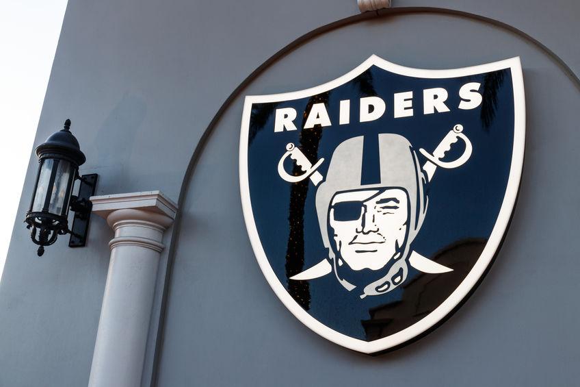 Imagem mostra uma placa com o brasão do Oakland Raiders.