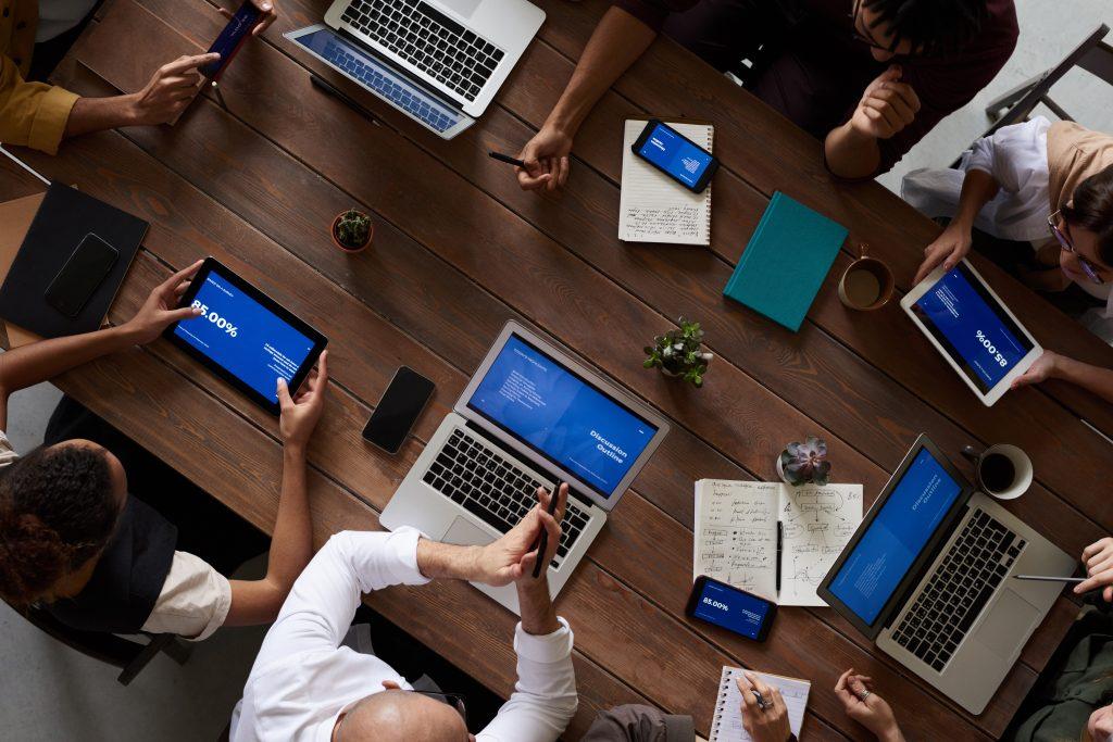 Imagem de pessoas trabalhando.