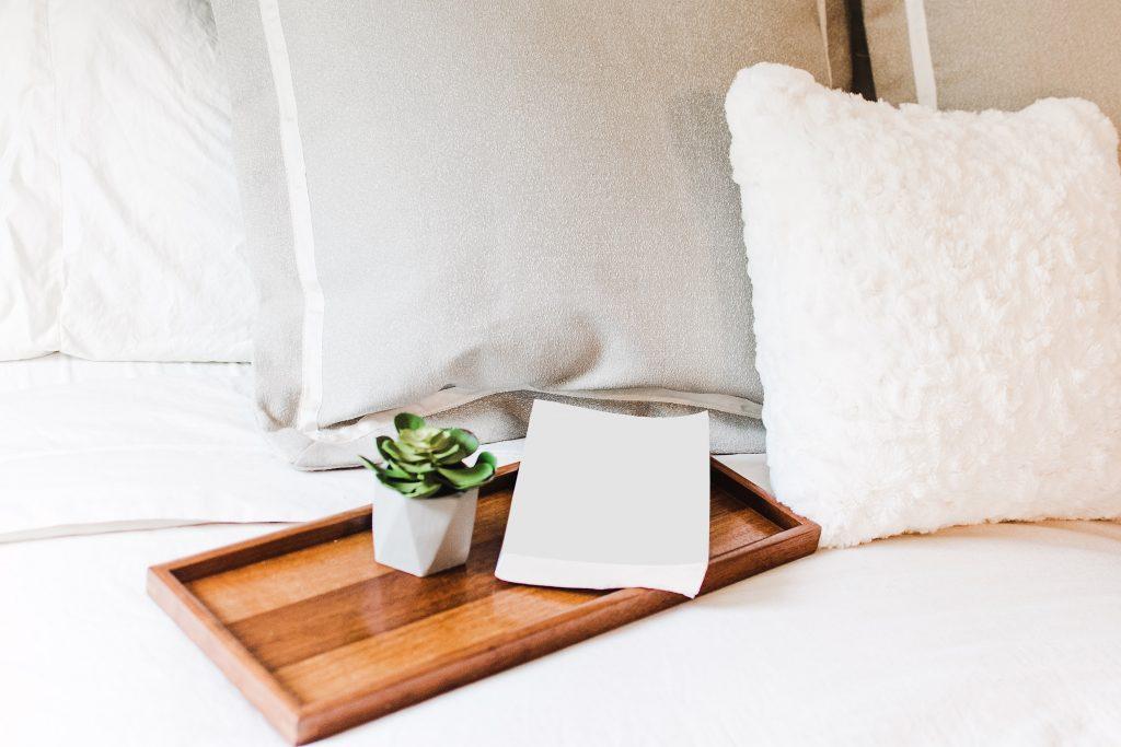 Pilha de folhas sulfite sobre bandeja na cama