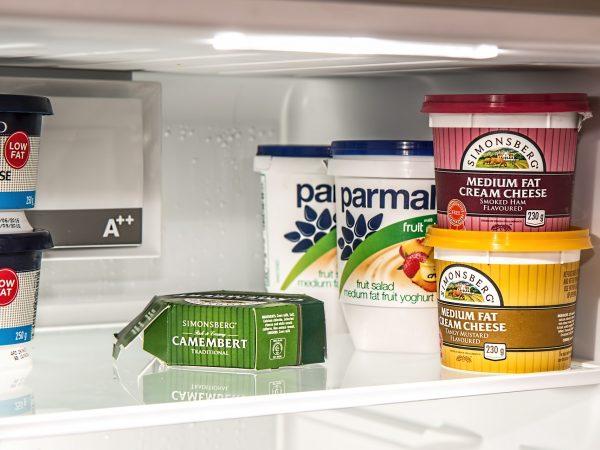 Imagem de uma prateleira de freezer com alimentos congelados.