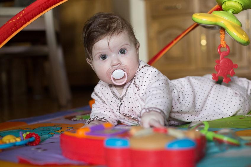 Bebé con teclado infantil