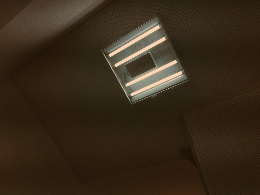 Imagem de quatro lâmpadas tubulares em suporte metálico com sensor de movimento
