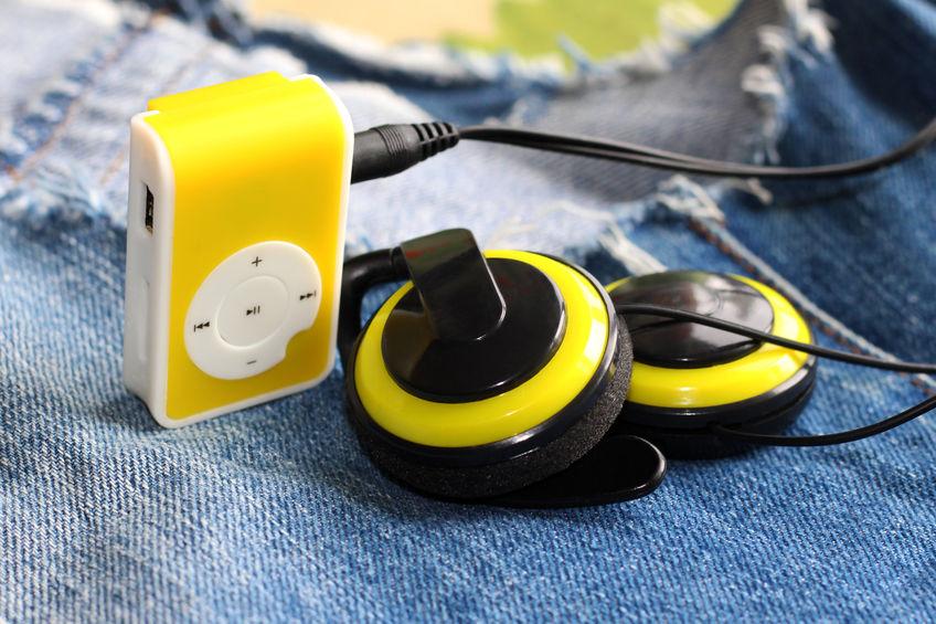 MP4 player amarelo conectado a um fone de ouvido