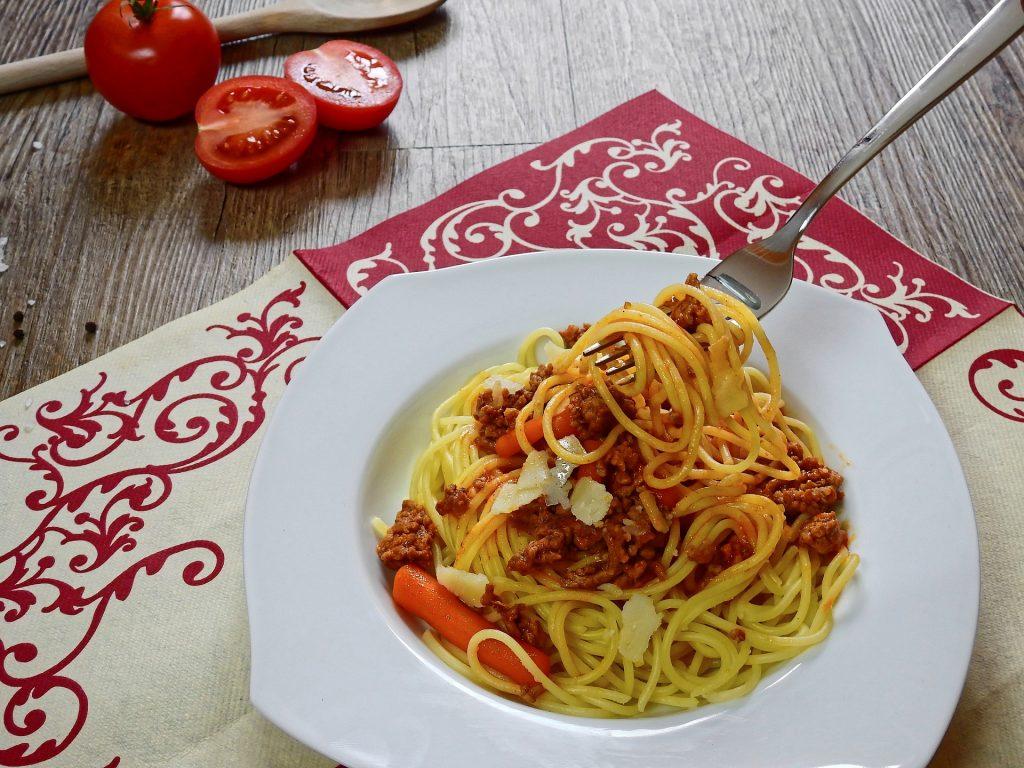 Imagem mostra prato de macarrão espaguete à bolonhesa.