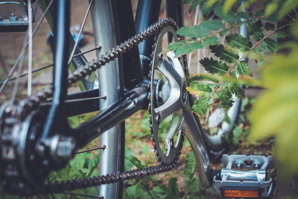 """Imagem mostra uma peça de bicicleta, e foca na identificação, que diz """"Shimao Deore XT""""."""
