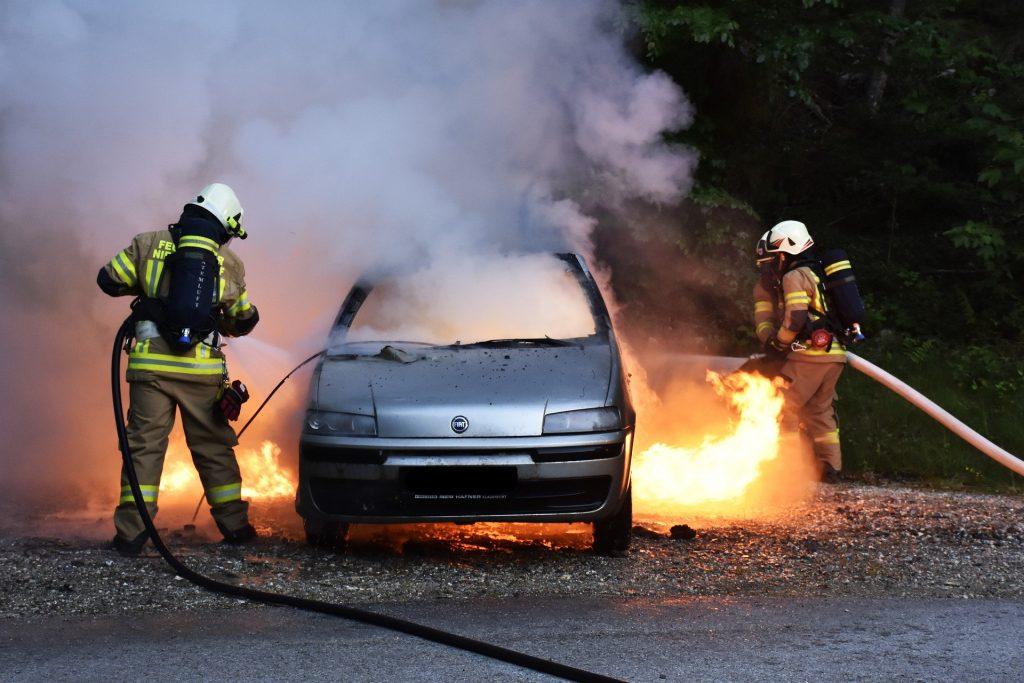 Imagem de bombeiros apagando incêndio em um carro