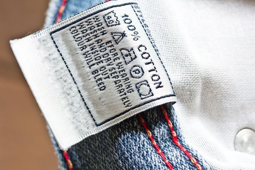 Foto que uma etiqueta interna de uma calça jeans.
