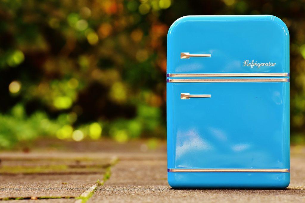 Mini geladeira azul.