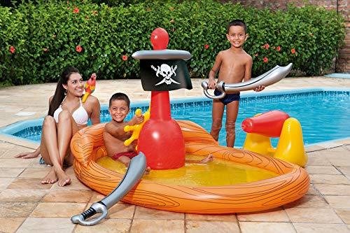 Na foto uma mulher e duas crianças com uma banheira inflável.