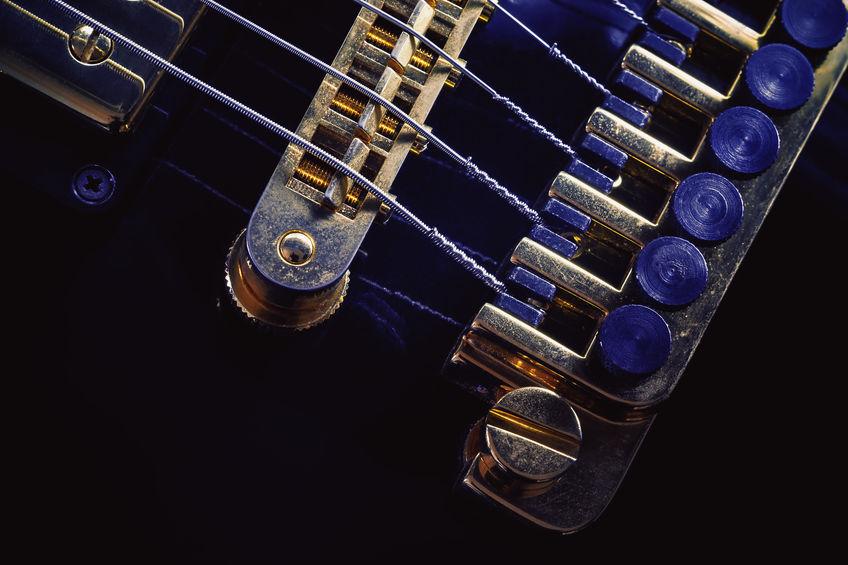 Imagem mostra um captador magnético para violão sob