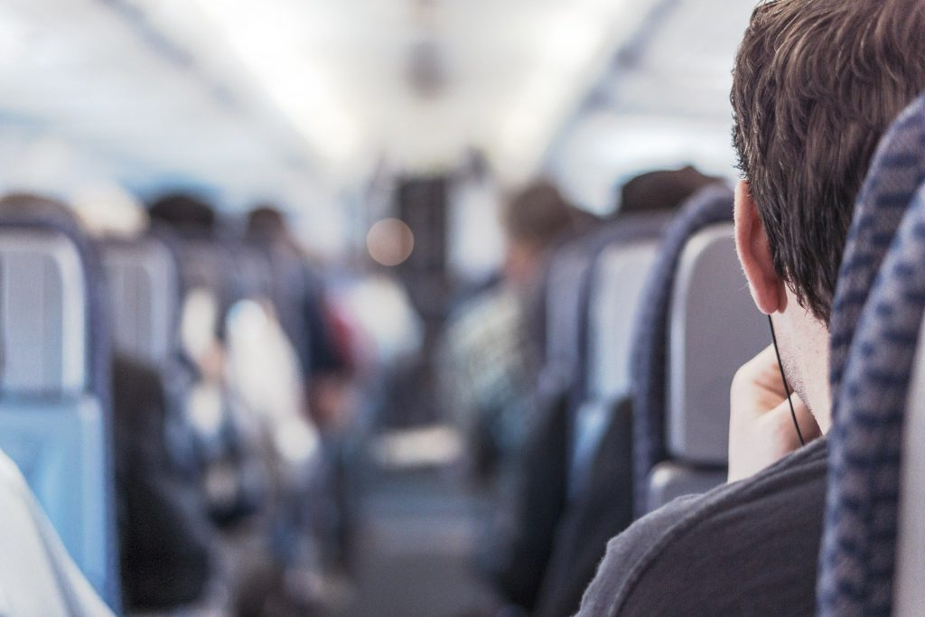 Homem sentado dentro do avião.