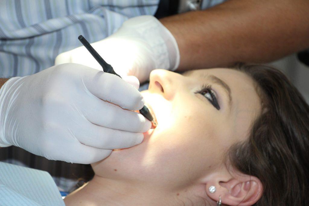 Paciente recebendo tratamento de dentista.