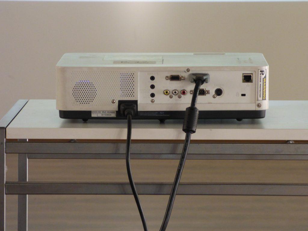 Projetor com cabos conectados.