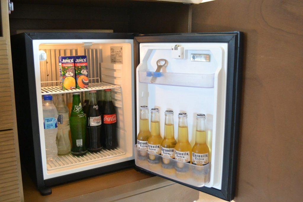 Mini geladeira aberta.