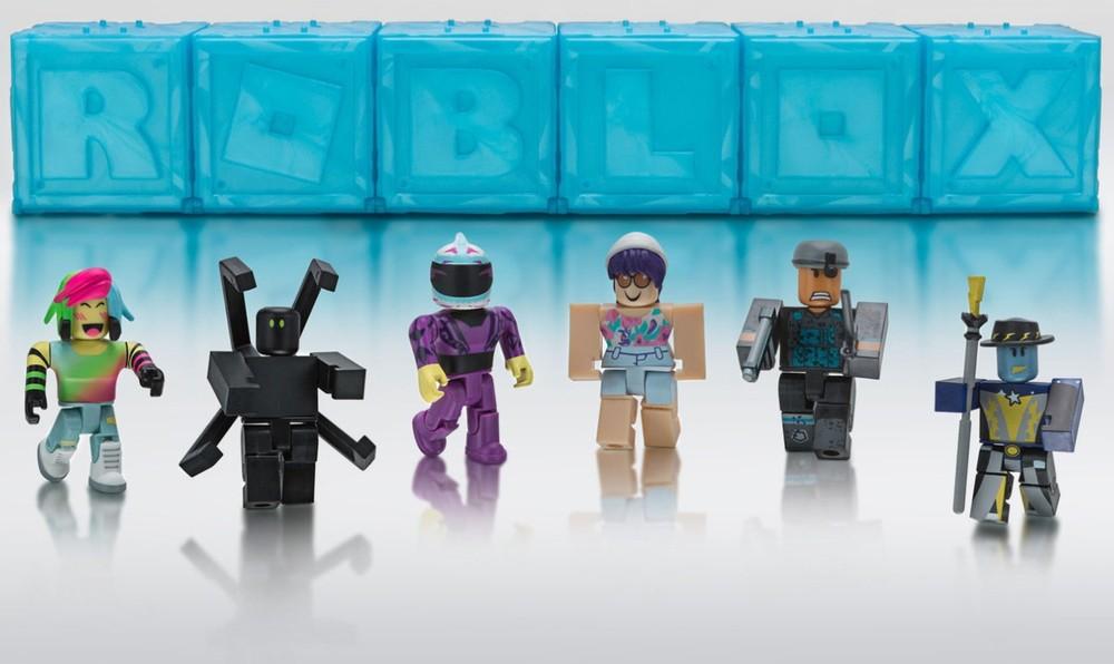 Na foto seis bonecos Roblox.