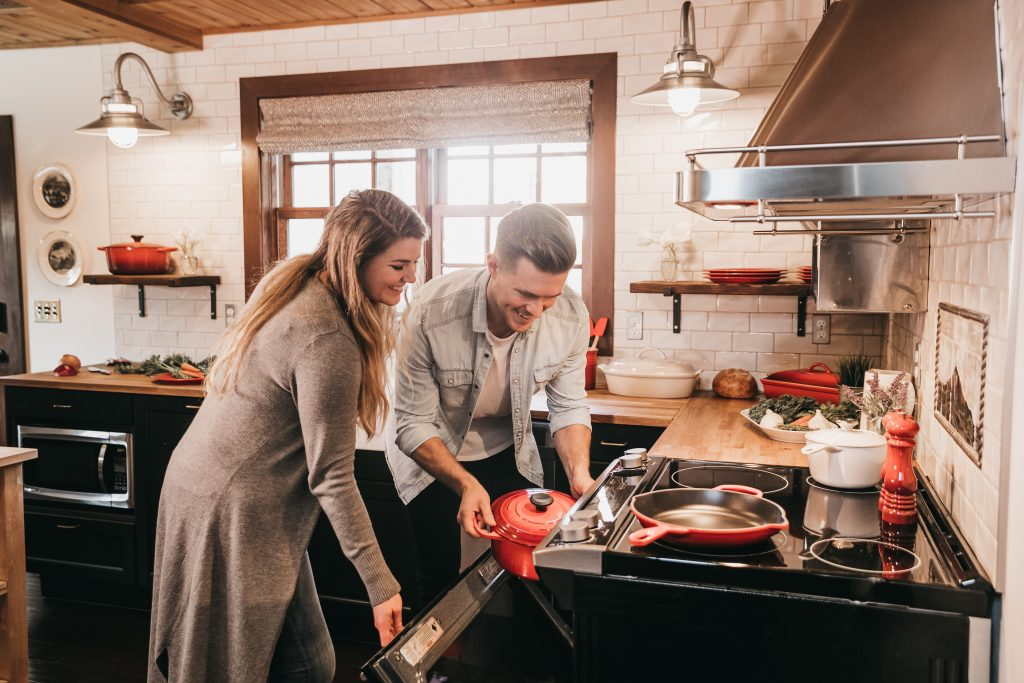 Imagem de um casal preparando o almoço.