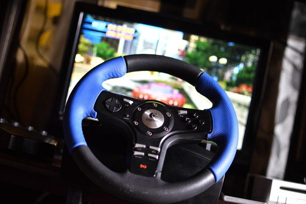 Imagem de um volante Logitech para Playstation 4