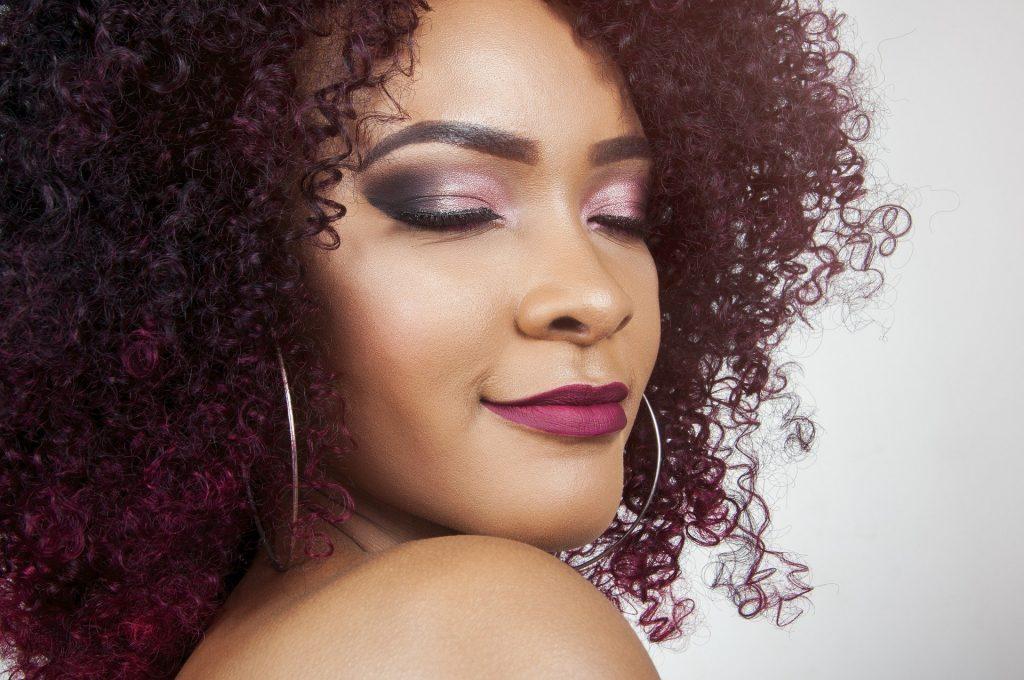 Imagem de uma mulher com as pontas do cabelo coloridas.