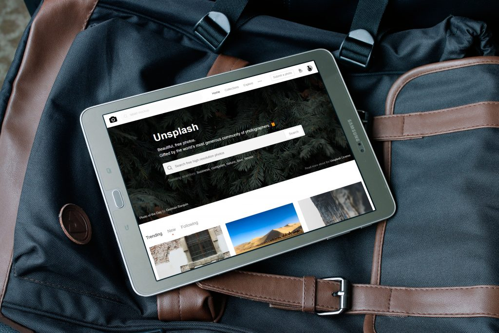 Imagem de um tablet em cima de uma mochila