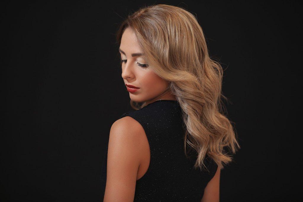 Imagem de uma mulher de cabelo claro.