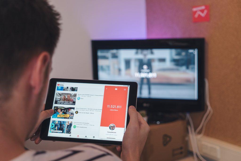 Imagem de duas mulheres usando um tablet