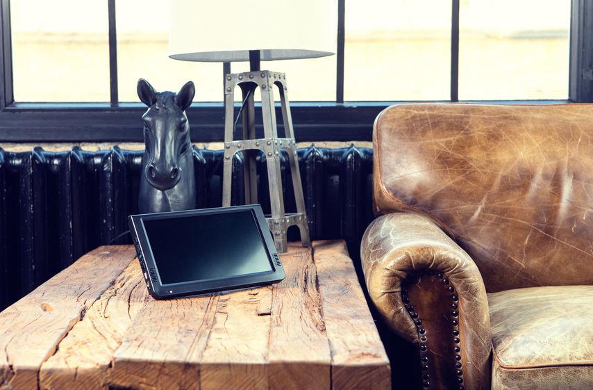 TV portatil moderno en mesa de madera