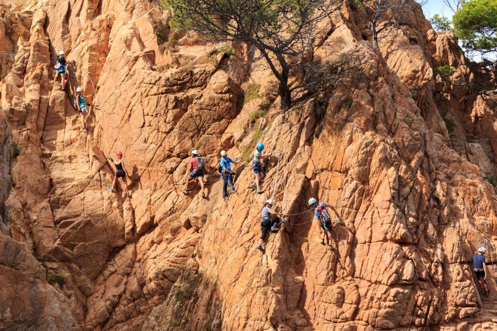 Pessoas escalando montanha.