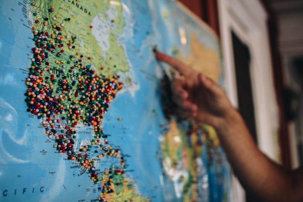 Mão apontando para o mapa.