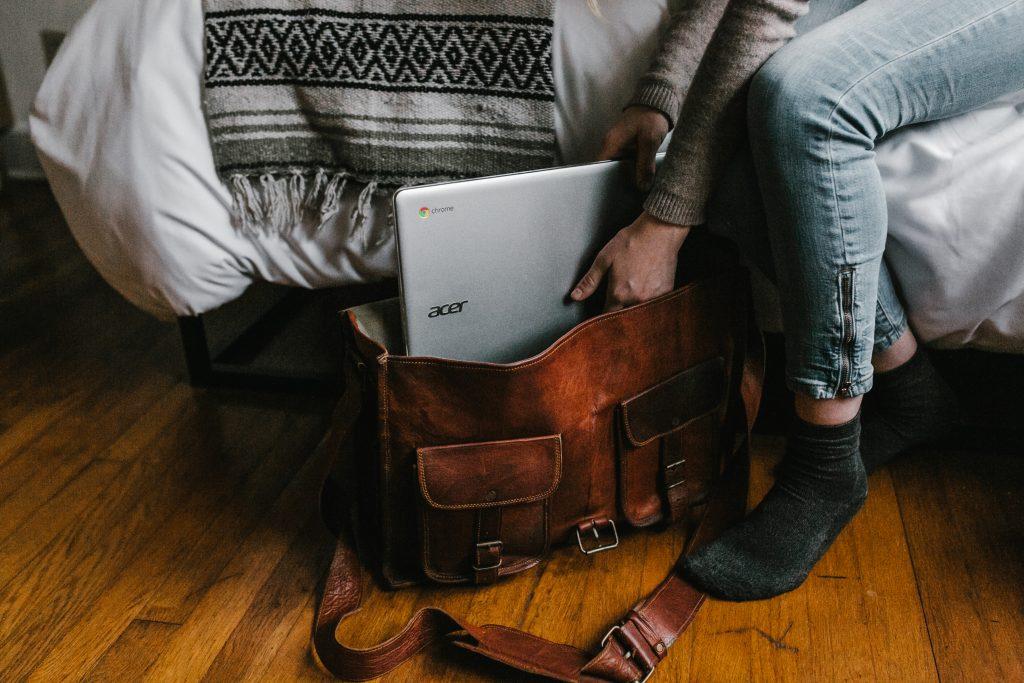 Imagem de uma mulher guardando um Chromebook da Acer na bolsa