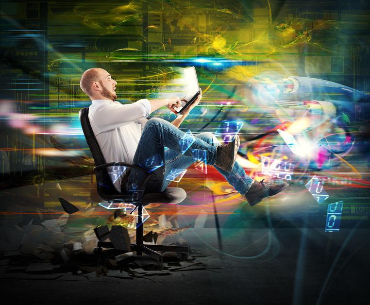 Imagem de um homem utilizando o notebook.