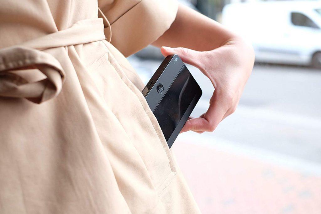 Imagem de uma mulher colocando um roteador 4G dentro do bolso.