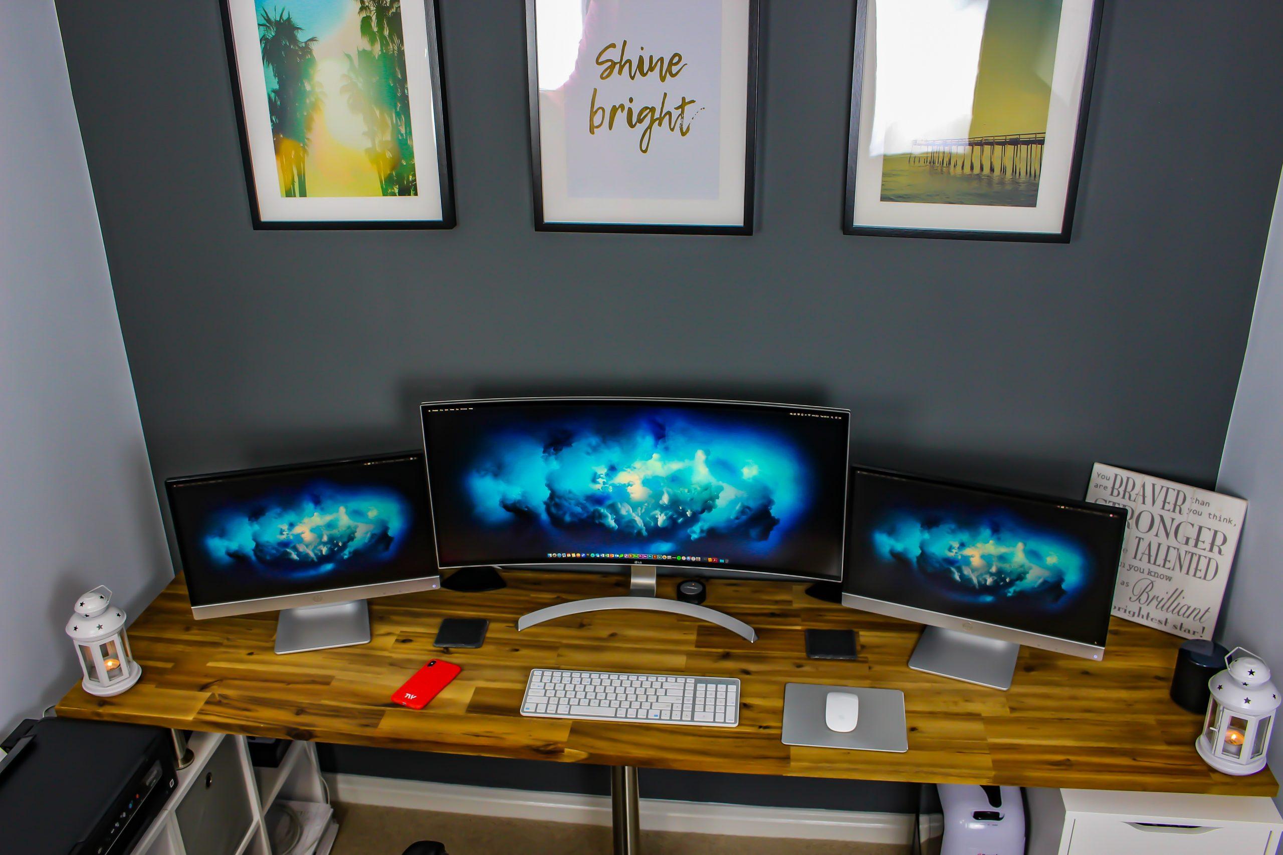 Três monitores exibindo a mesma imagem.