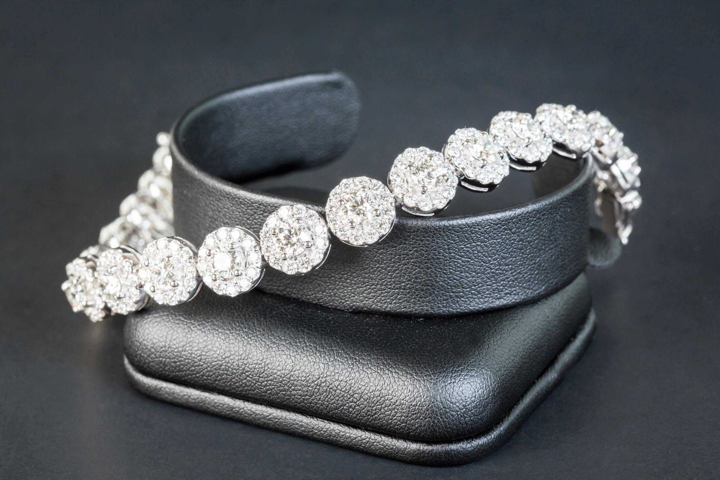 Saco de joias com berloques sobre superfície de madeira