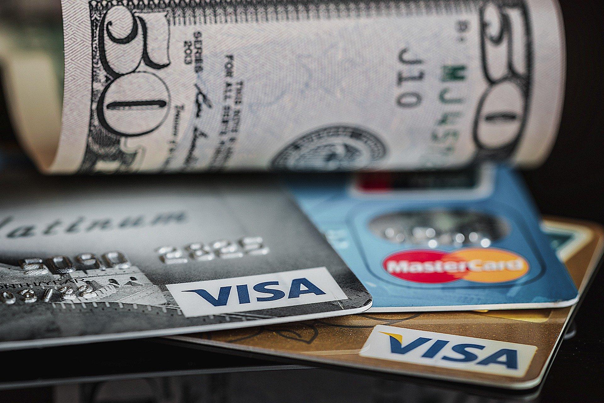 Cartões e dinheiro em dólar.