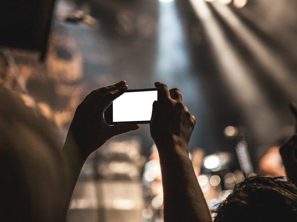 Imagem mostra uma pessoa usando o celular para tirar fotos.