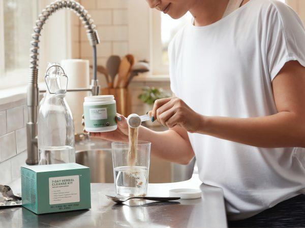 Imagem de uma pessoa preparando um shake.