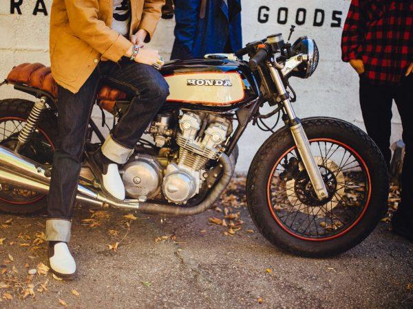 Homem sentado em uma moto.