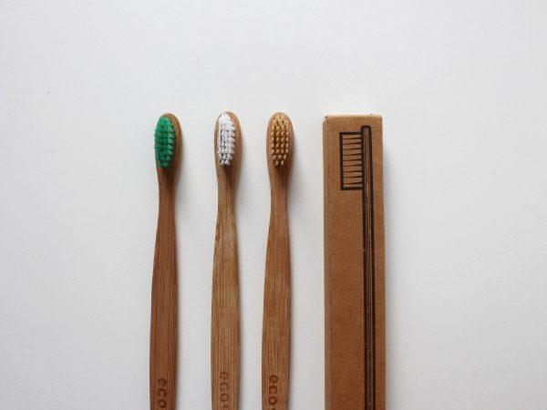 Imagem de várias escovas de dente de bambu com cerdas coloridas