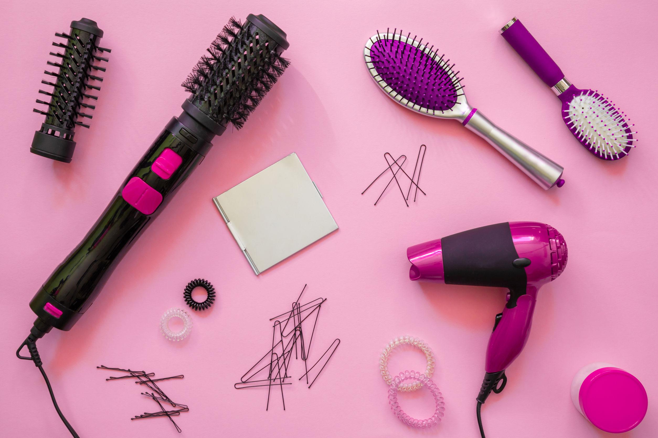 Na foto diversos acessórios para o cabelo como secador, escova, grampos etc.