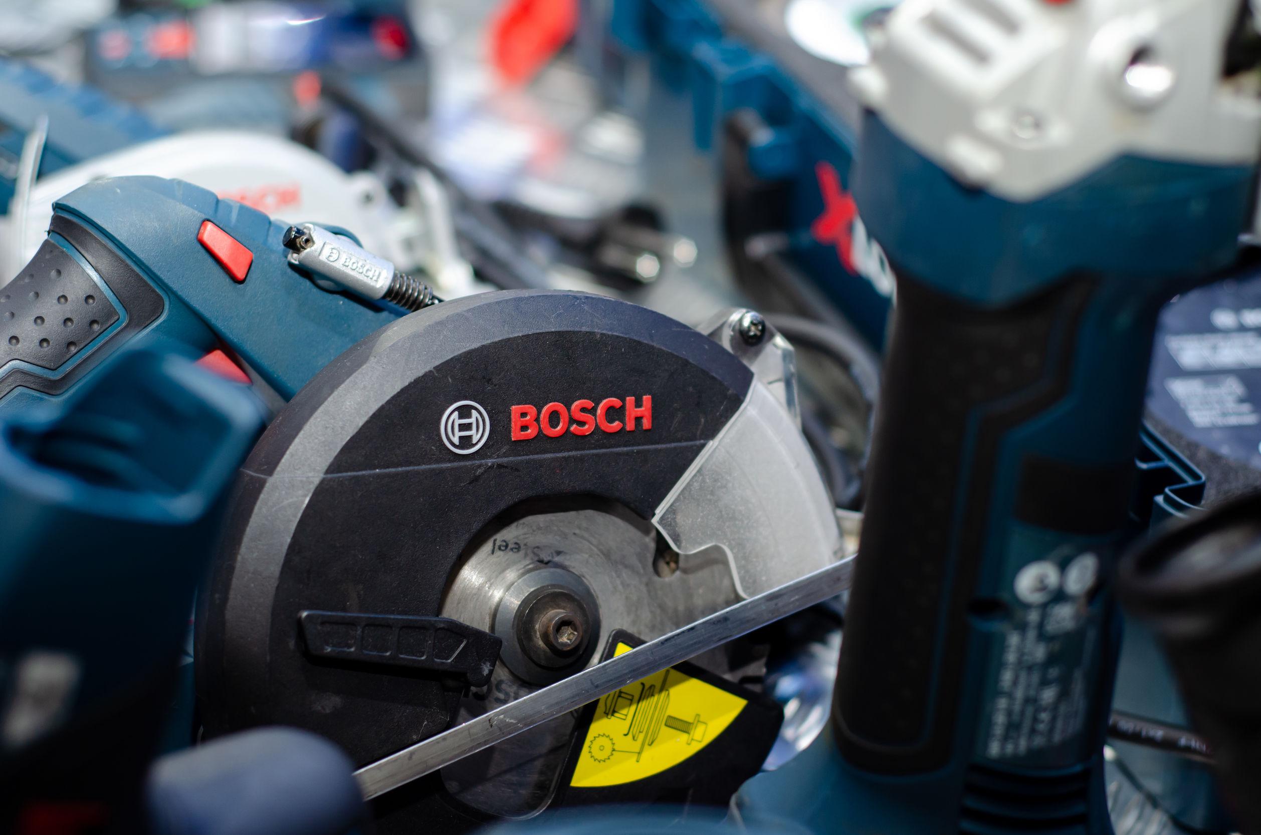 Imagem mostra uma esmerilhadeira Bosch junto a outras ferramentas.
