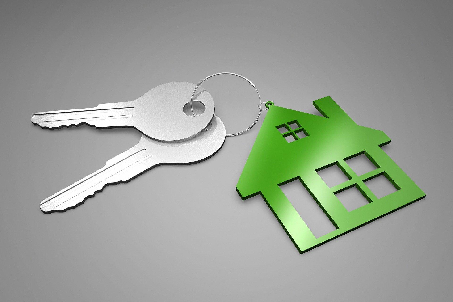 Chaves e chaveiro no formato de casa.