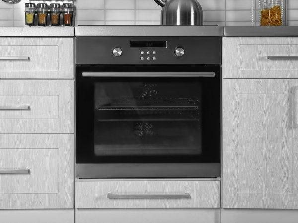 Imagem aproximada de forno de embutir instalado em bancada de cozinha