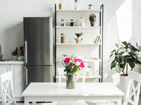 Imagem de uma geladeira duplex inverse.
