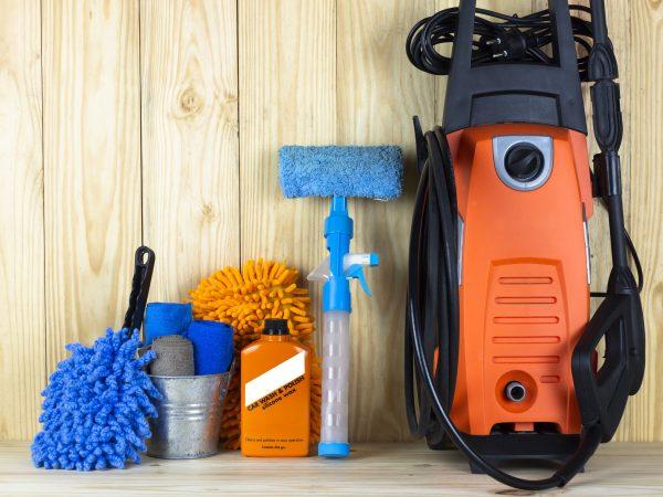 Imagem mostra uma lavadora de alta pressão Karcher ao lado de outros equipamentos de limpeza.